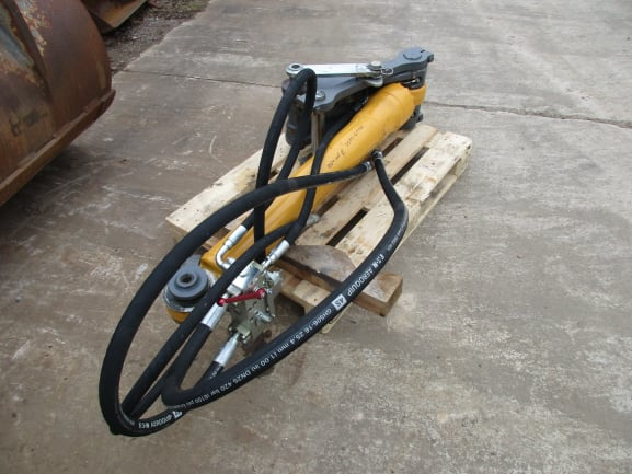 Hydraulikzylinder m. Verteiler 9910804 + Verbindungslasche 9289320 - 10429074 (1).JPG