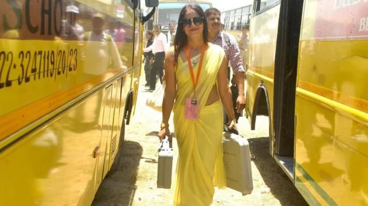 Viral News Women in Yellow Sari