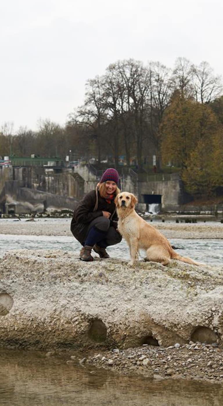 Die Künstlerin Lillian Noack mit ihrem Hund Merle an der Lech, Augsburg.