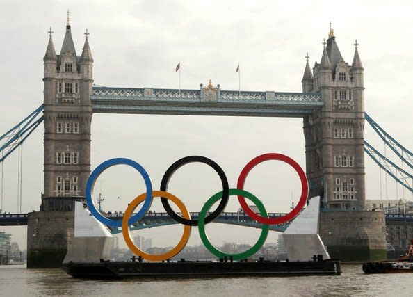 Giant_Olympic_Rings_Launched_River_Thames_F5gIeh8l4JJl_sci9ph.jpg