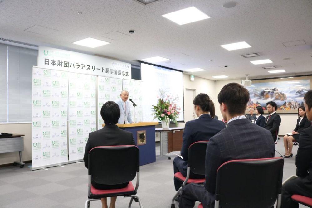 笹川陽平氏の挨拶を聞く奨学生