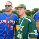 mets player getting pic with ll player