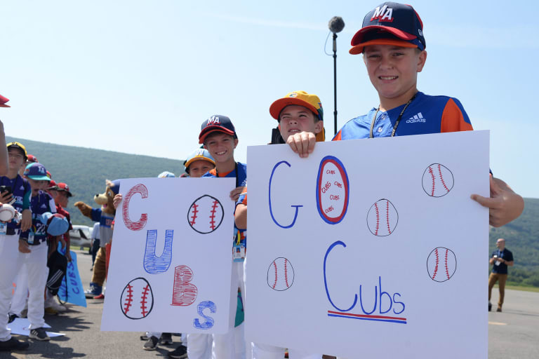 Great Lakes players holding signs to welcome Cubs players