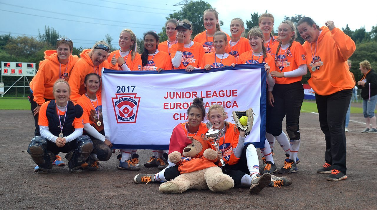 EA Junior League Softball team