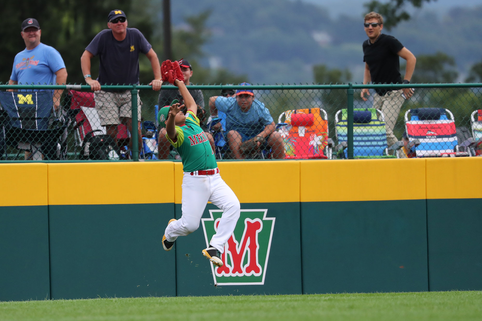 Jumping catch by MEX outfielder