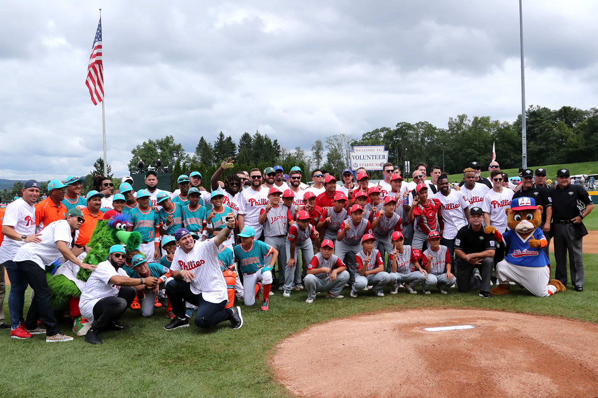 JPN and LA pose with phillies