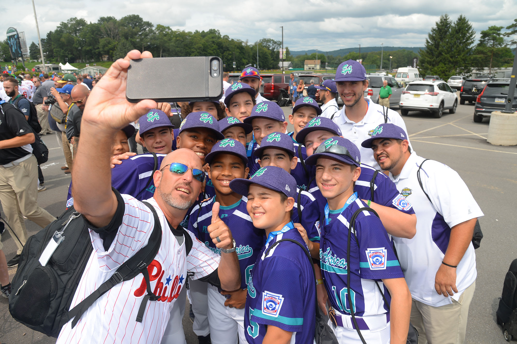 phillies player getting selfie with ll players