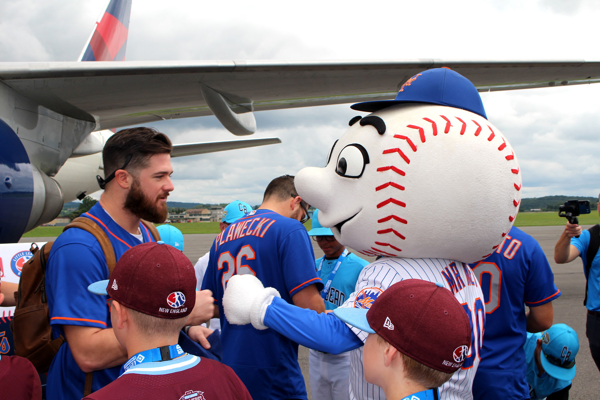 mets players with mets mascot