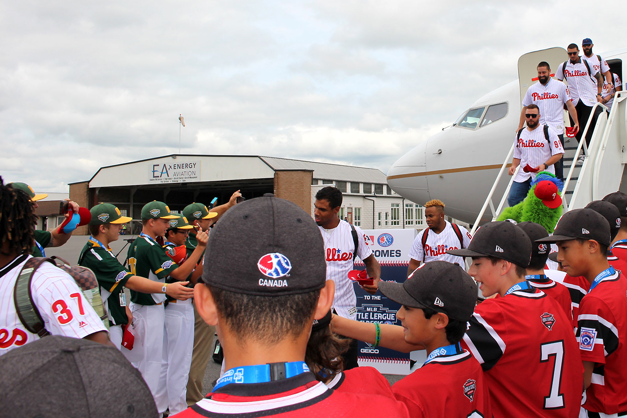 phillies players getting off airplane