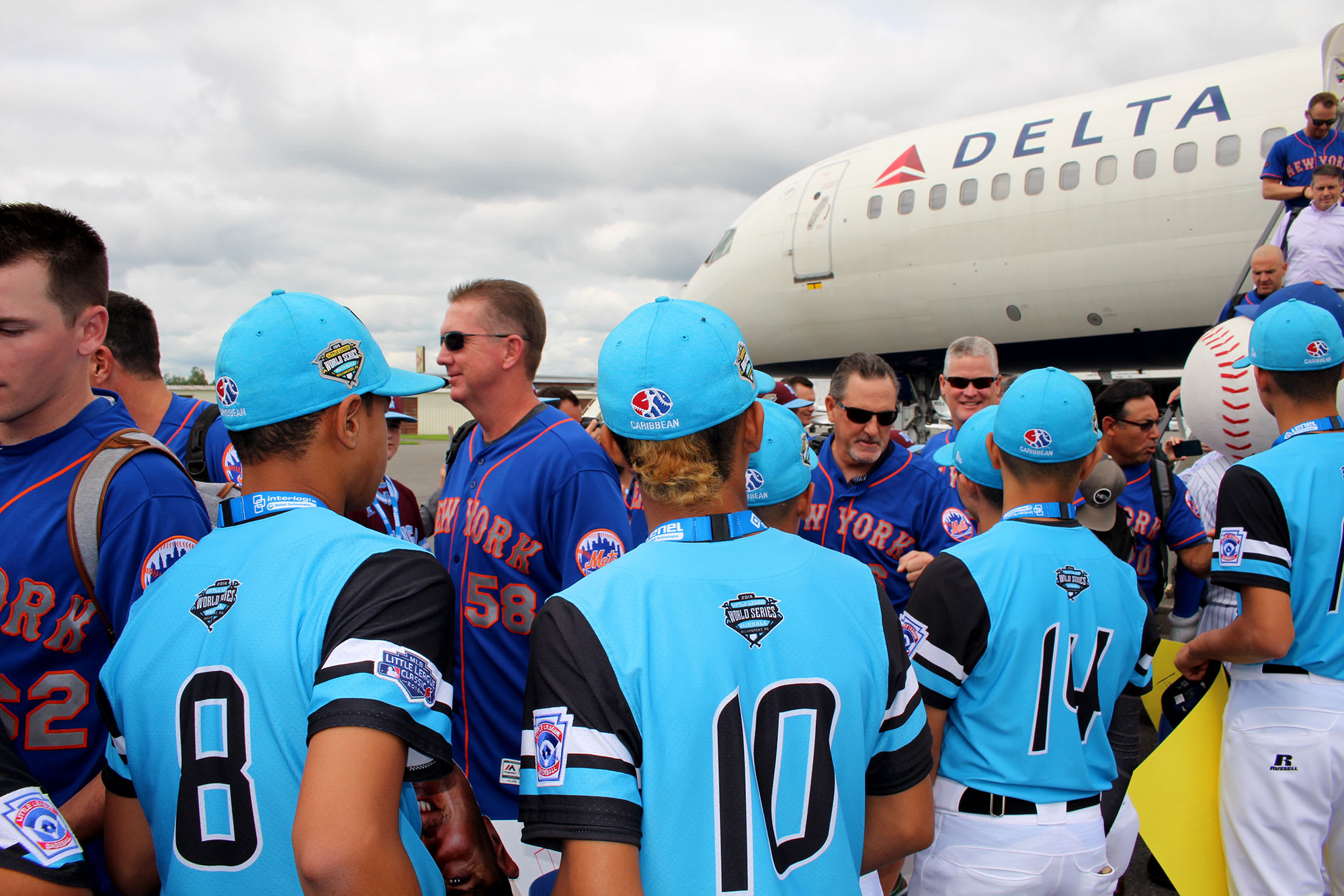 mets team getting off airplane