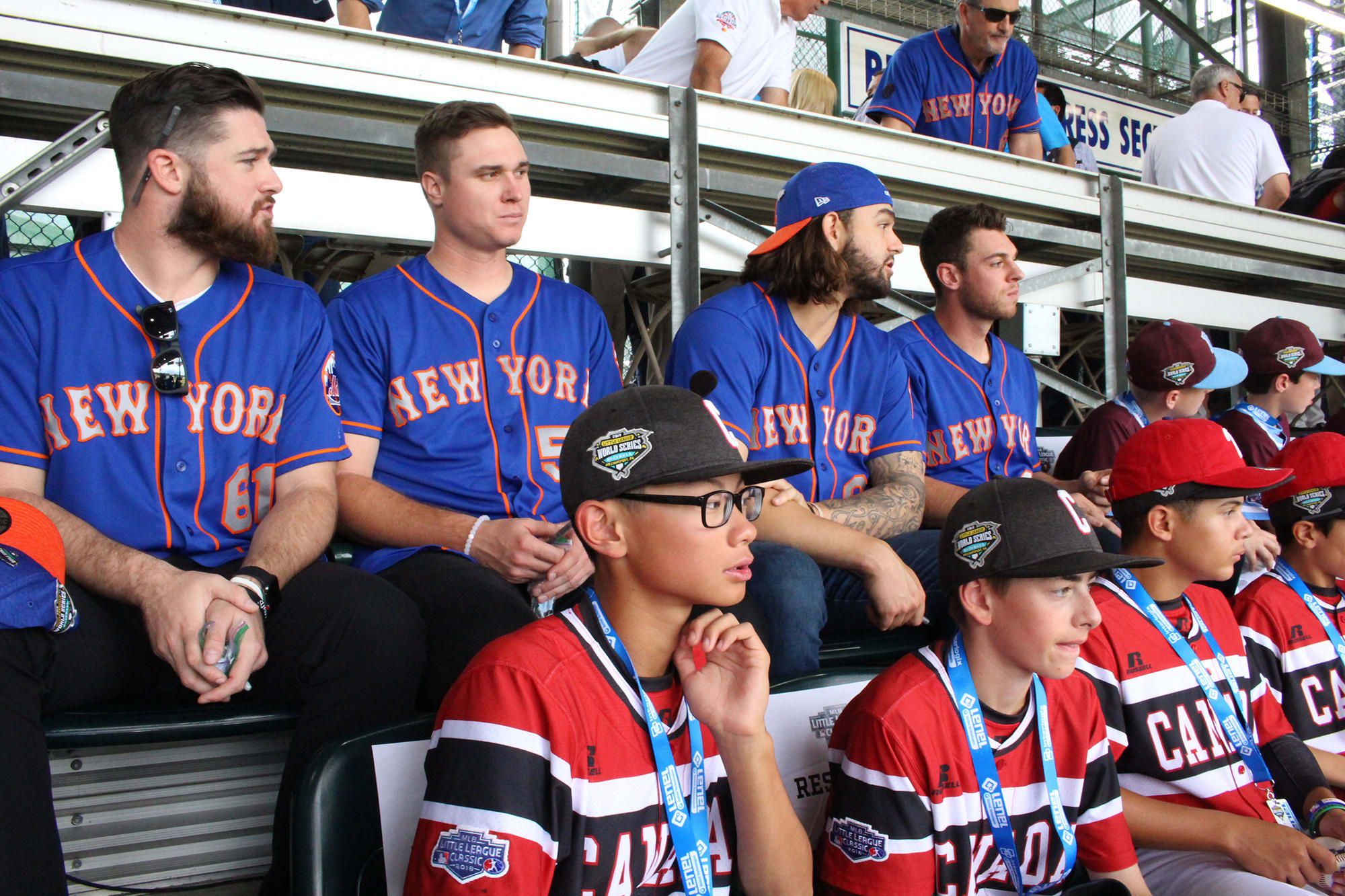 mets players and teams sitting in stands