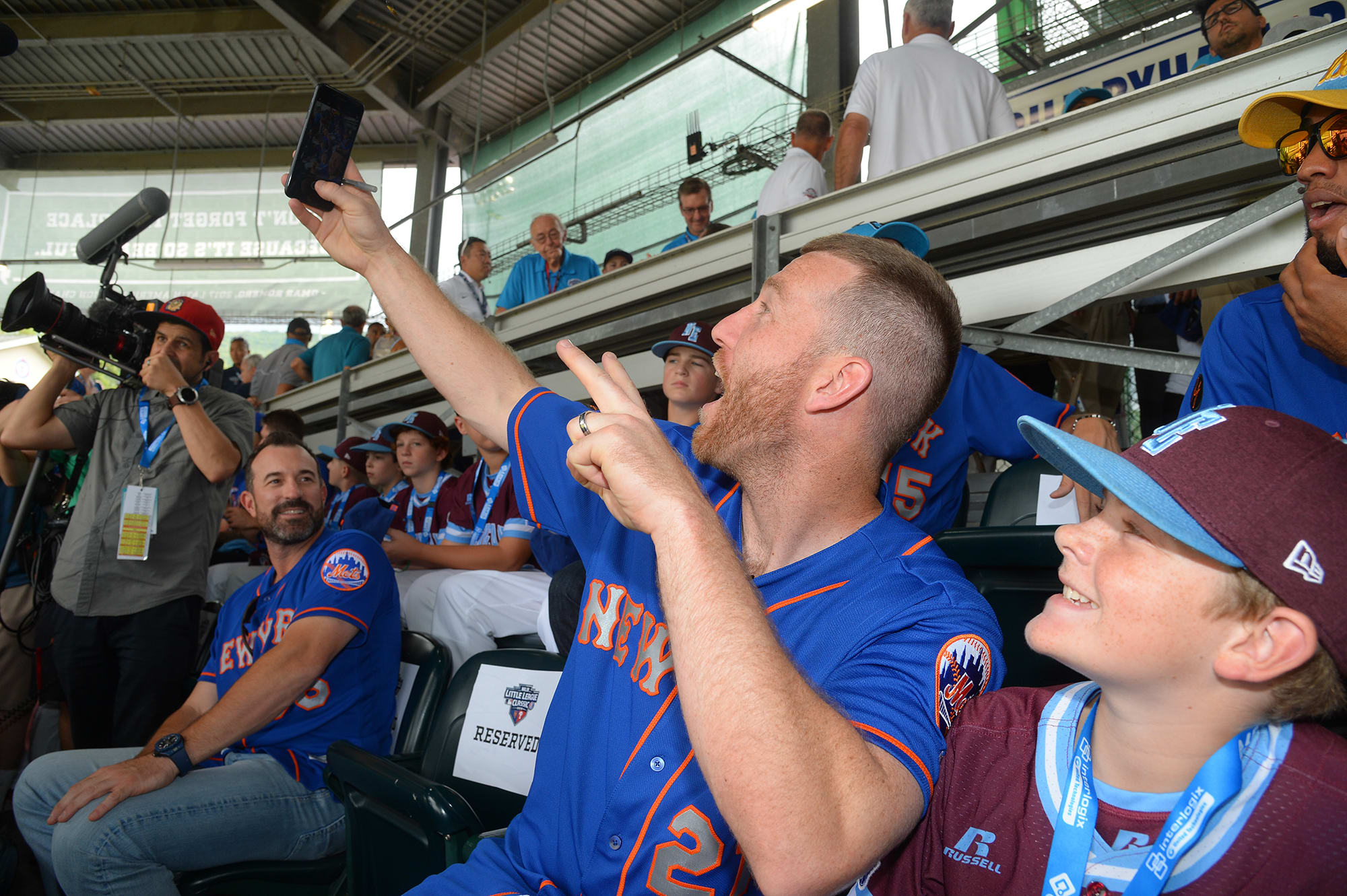 mets player and ll players getting selfie