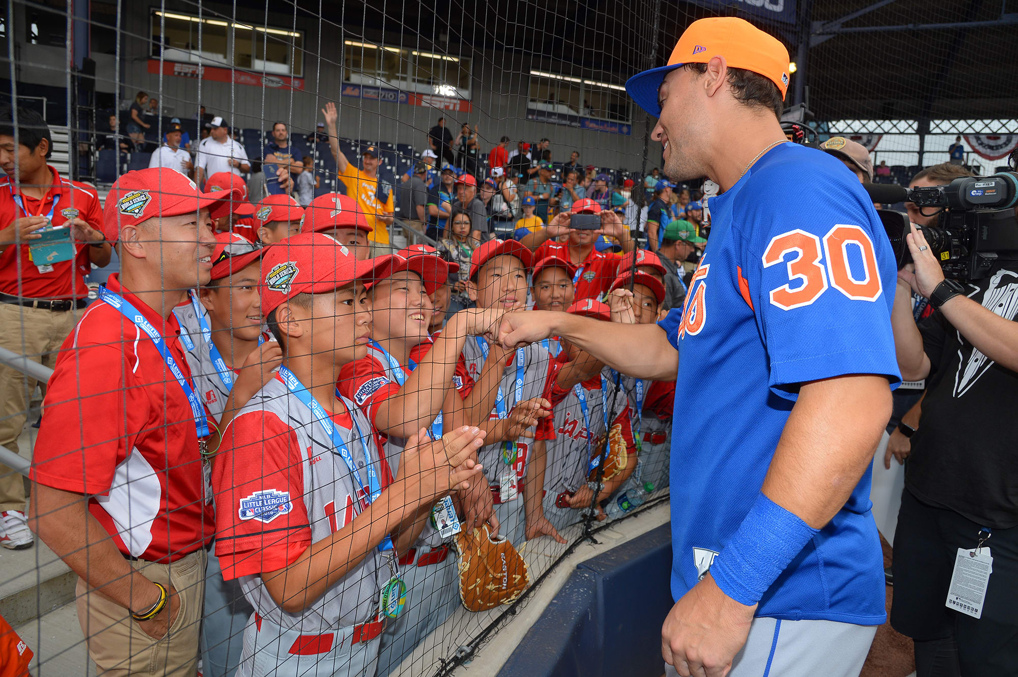 mets player talking to ll players