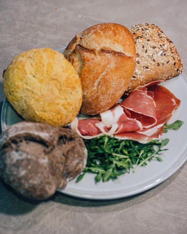 Sandwiches com presunto e rúcula