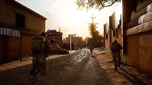 Soldiers run down what looks like a middle eastern street in Insurgency: Sandstorm