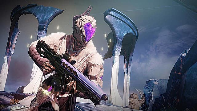 Warlock in a white/beige armor set and helmet with purple visor holds a pulse rifle.