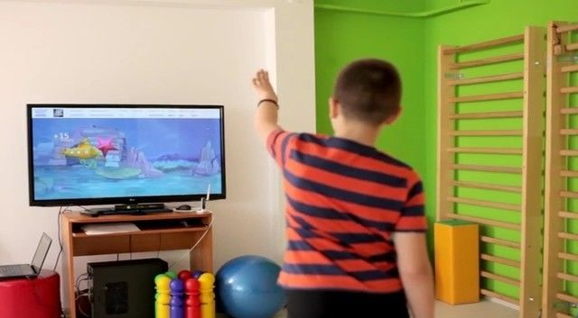 MIRA gameplay being used in this patient's physical therapy session.