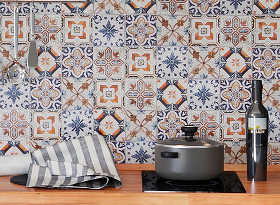 Расписанная стена из панелей для кухни