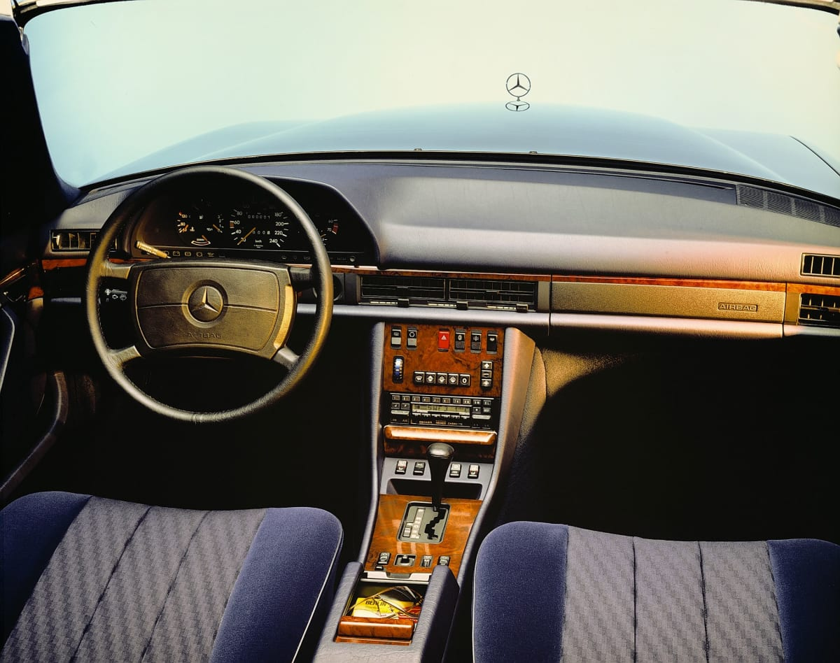 Added protection for the front passenger: In 1987, Mercedes-Benz presented the front passenger airbag as an optional extra for the 126 model series S-Class. The safety system has been available since February 1988.