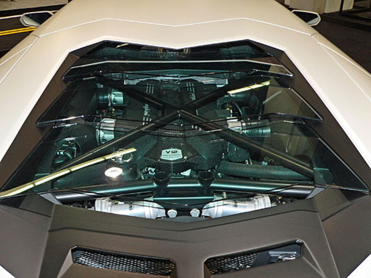 1LAcar Lambo Aventador engine