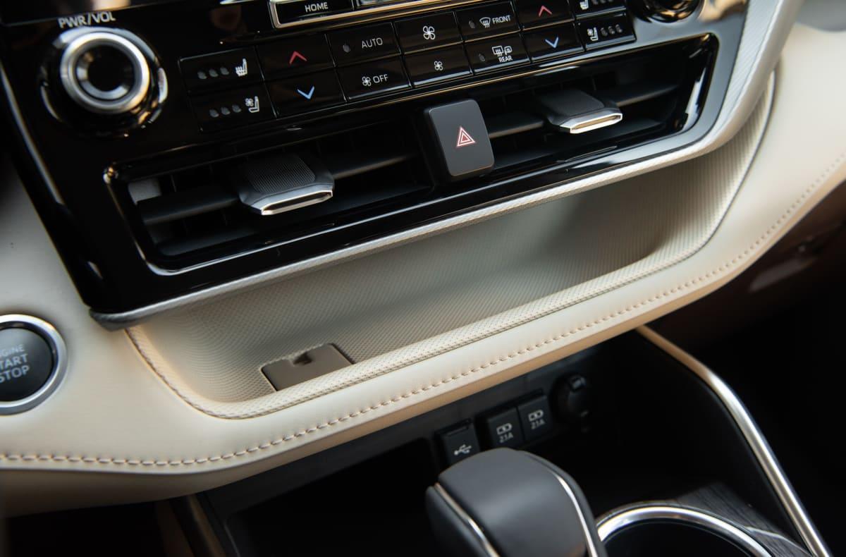 2020 Toyota Highlander Platinum V6 AWD center console