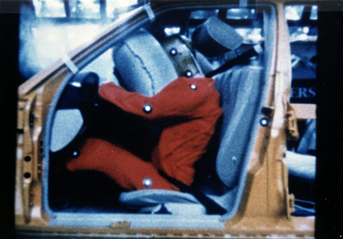 Sequence showing the functioning of steering-wheel airbag and seat belt tensioner in 1981. The systems enjoyed their world premiere in the Mercedes-Benz S-Class of the 126 model series. The first vehicles were delivered to customers in December 1980. The brand showcased the systems at the Amsterdam International Motor Show in February 1981.