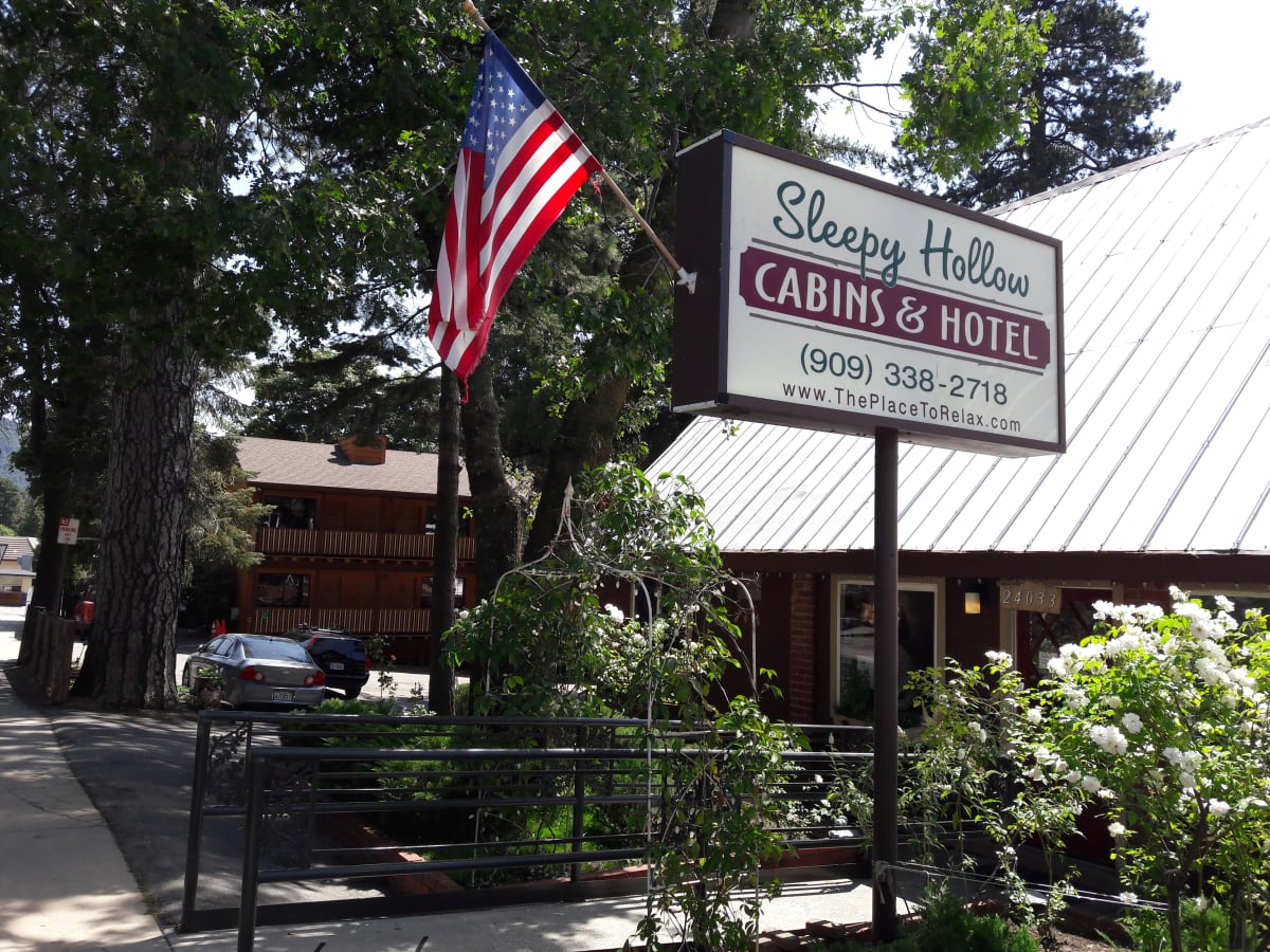 Sleepy Hollow Cabins & Hotel