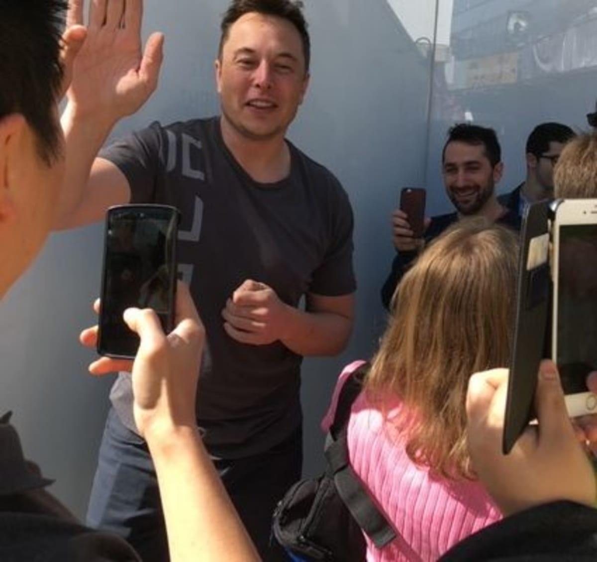 High-fives from Elon Musk (Daniel Mayeda)