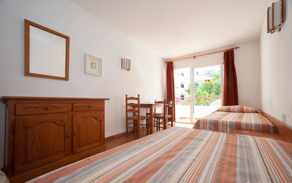 [STUDIO (2/3 GUESTS)] Cheap and basic holiday rooms with pool in the heart of the town