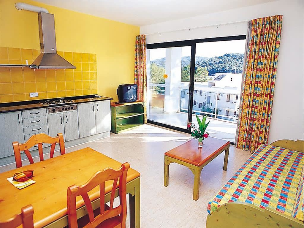 [2 BEDROOMS APARTMENT (3 ADULTS + 2 CHILDREN)] Lovely holiday apartment close to the beach with pool