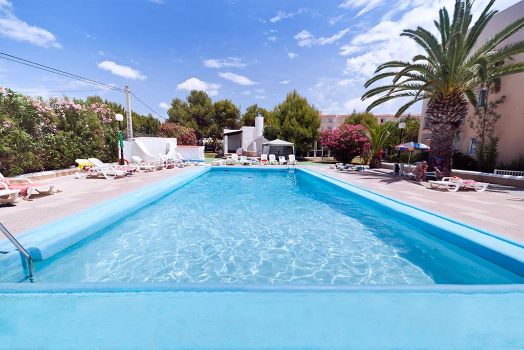 [2 BEDROOMS APARTMENT (4 GUESTS)] Bright holiday apartment close to the beach with gym and pool