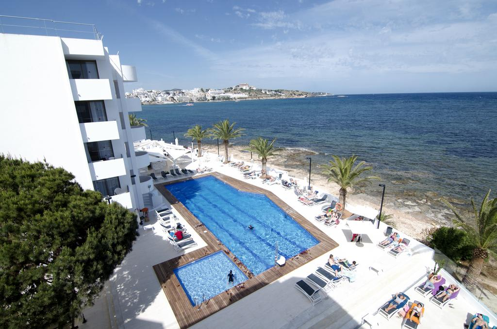[1 BEDROOM APARTMENT 4 PAX (3 ADULTS AND 1 CHILD)] Stunning Holiday Apartment Playa den Bossa first line of the sea