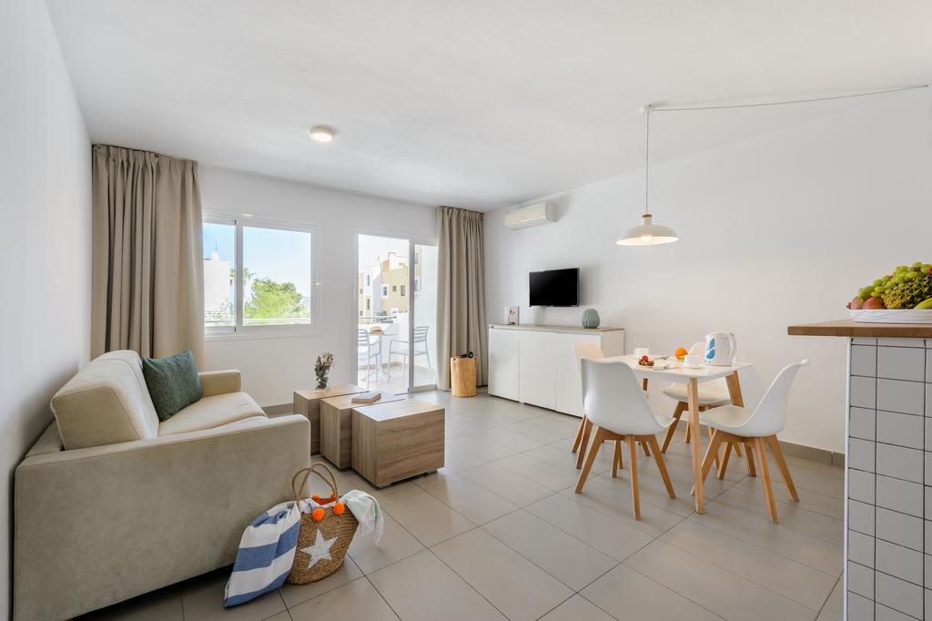 [1 BEDROOM APARTMENT (2 ADULTS AND 2 CHILDREN)] Large bright apartment and hotel room with pool