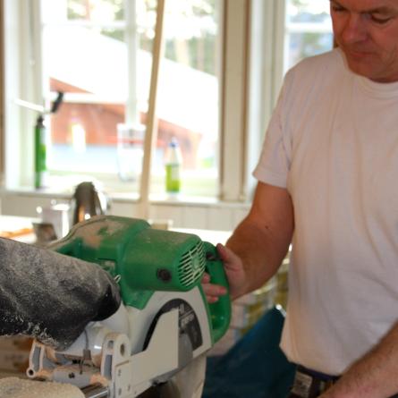Bilde som viser arbeid under oppussing av hus.