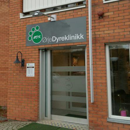 Vi holder til i Sentrumsgården i Ørje. Vis a vis Marker Sparebank. Inngang i fra Tvillinggata.