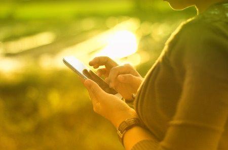 Person som bruker mobiltelefon ute.