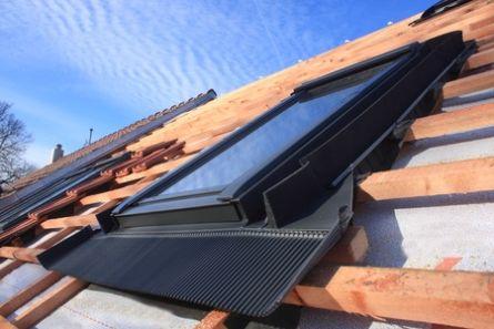 Bilde av tak under renovering med takvindu.