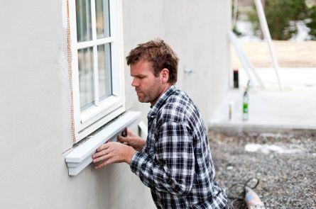Arild monterer karm rundt vindu.