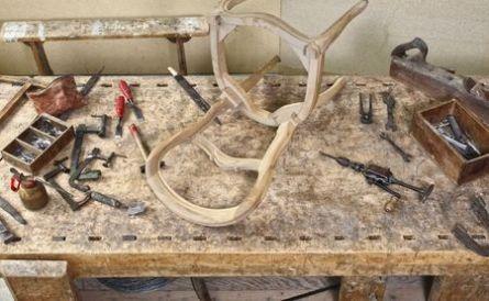 Bilde av møbelsnekkring under arbeid.
