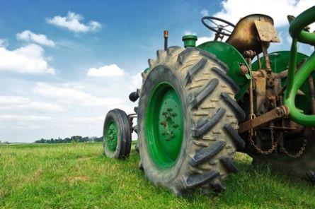 Bilde av gammel traktor.