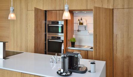 Kjøkken laget i 3-lags heltre eik, fronter er utenpåliggende. Er oljebehandlet.