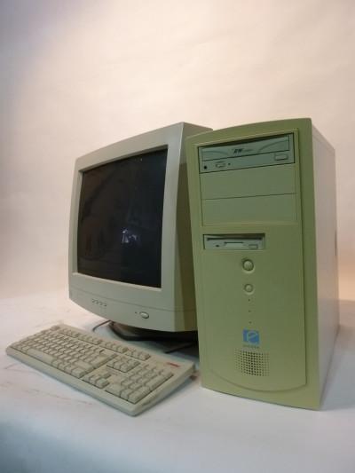 White Desktop Computer 1990's (fully working)