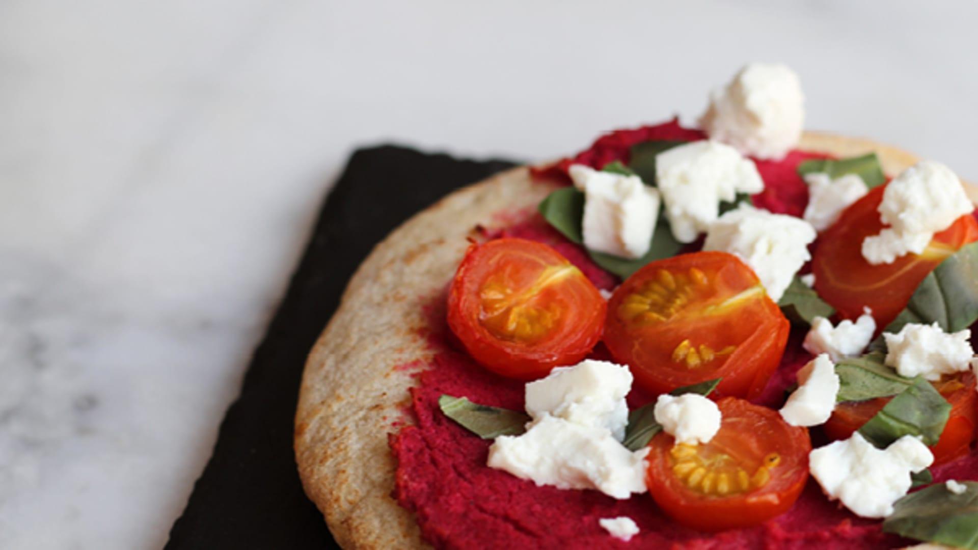 Naanbrot mit rotem Pesto, Rucola und Honigtomaten