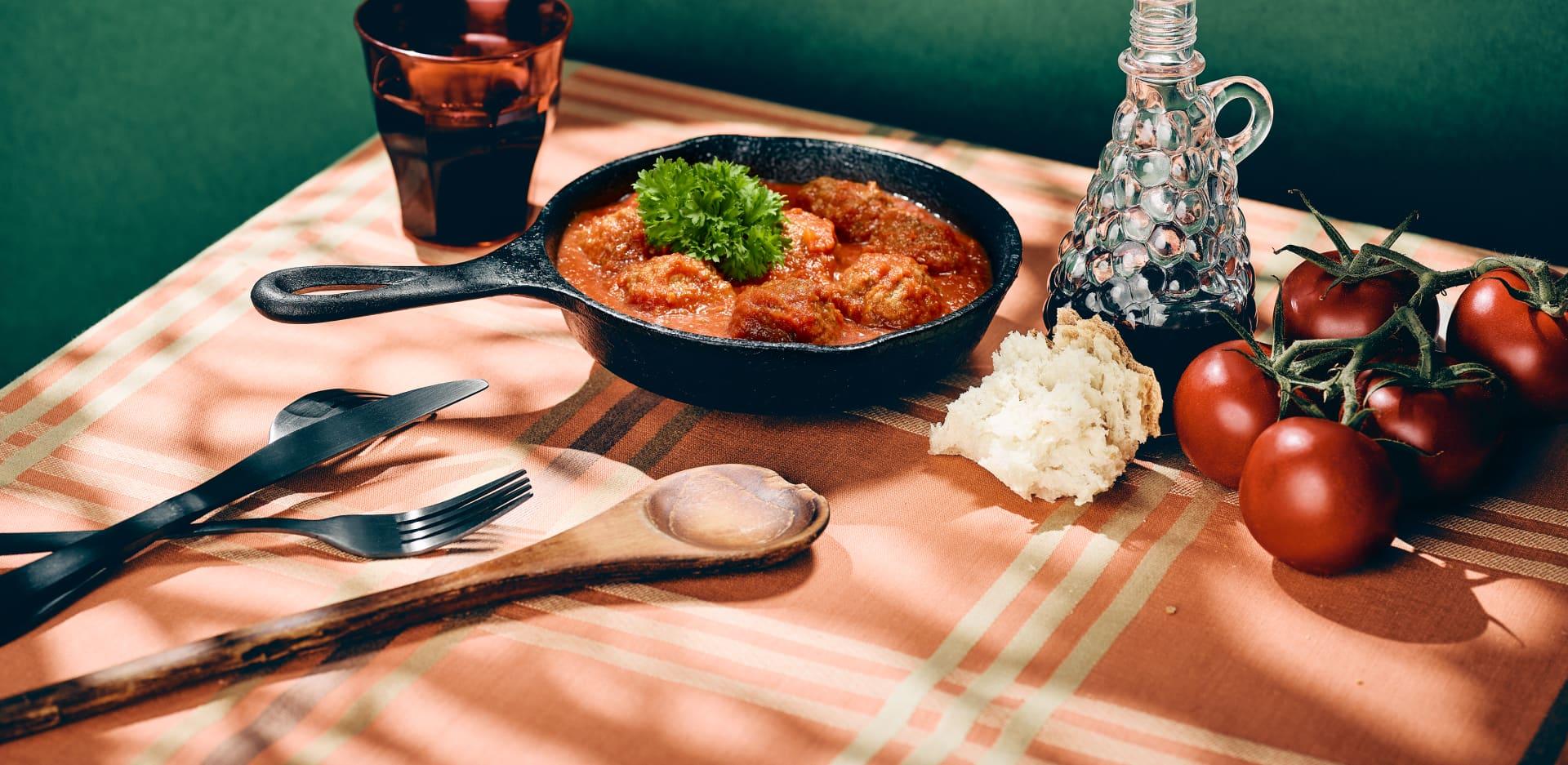 Een Spaanse avond, of gewoon zin in tapas? Maak zelf Albóndigas; Spaanse gehaktballetjes in een saus van JOYN® tomaten. Eenvoudig te bereiden en vol van smaak!