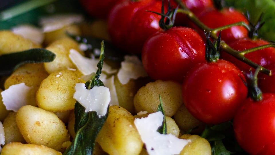 Knapperige gnocchi met gepofte Honingtomaten