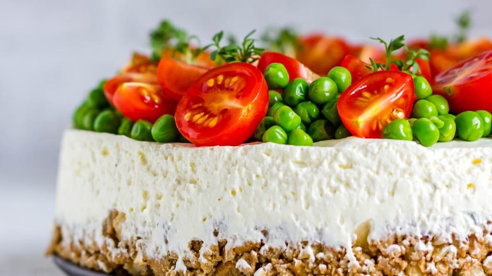 Hartige cheesecake met Honingtomaten en erwtentopping