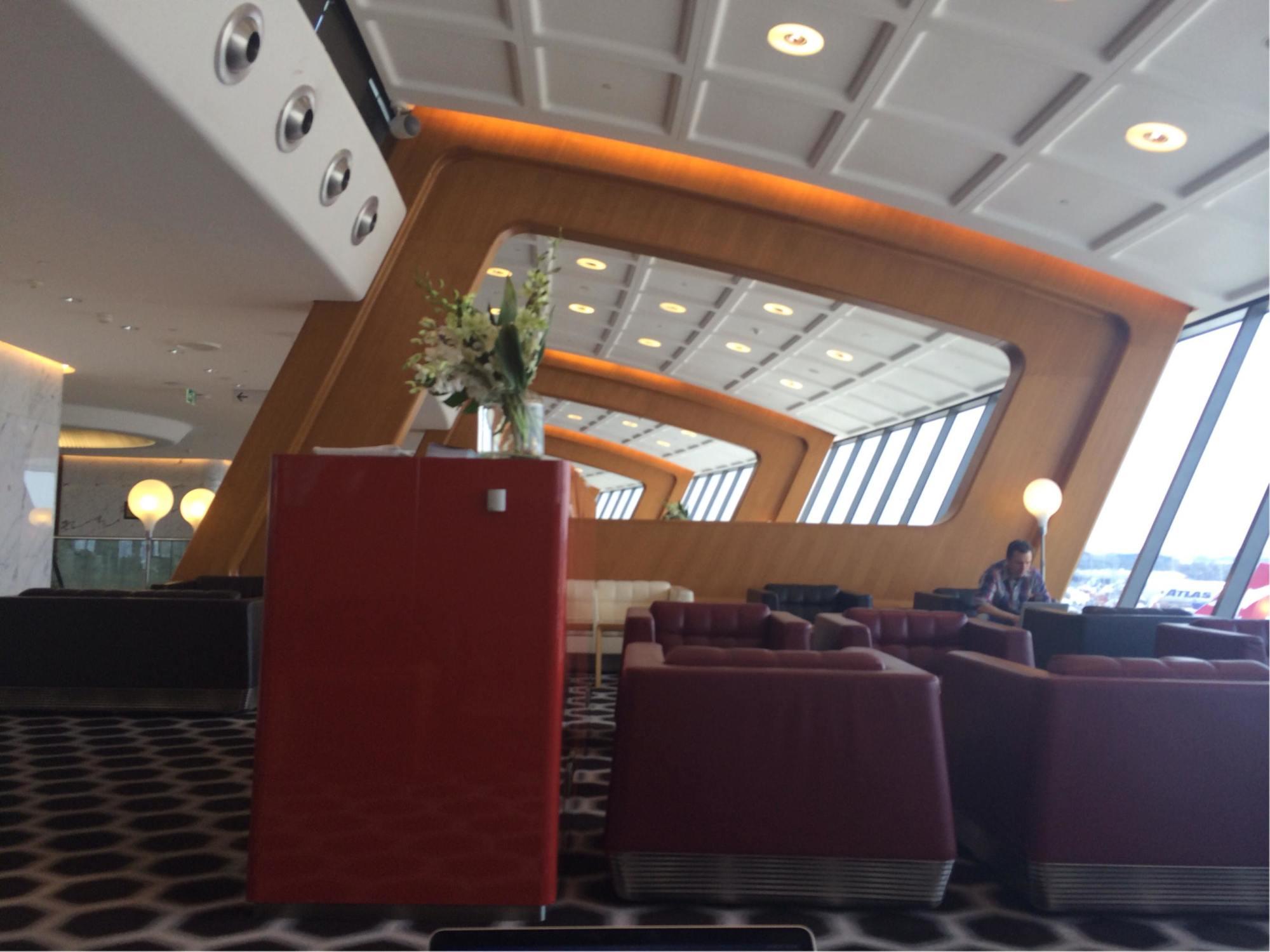 how to get an international lounge qantas pass