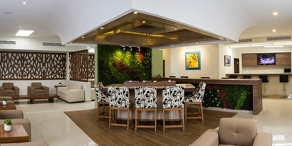 OMA Premium Lounge (CUU)