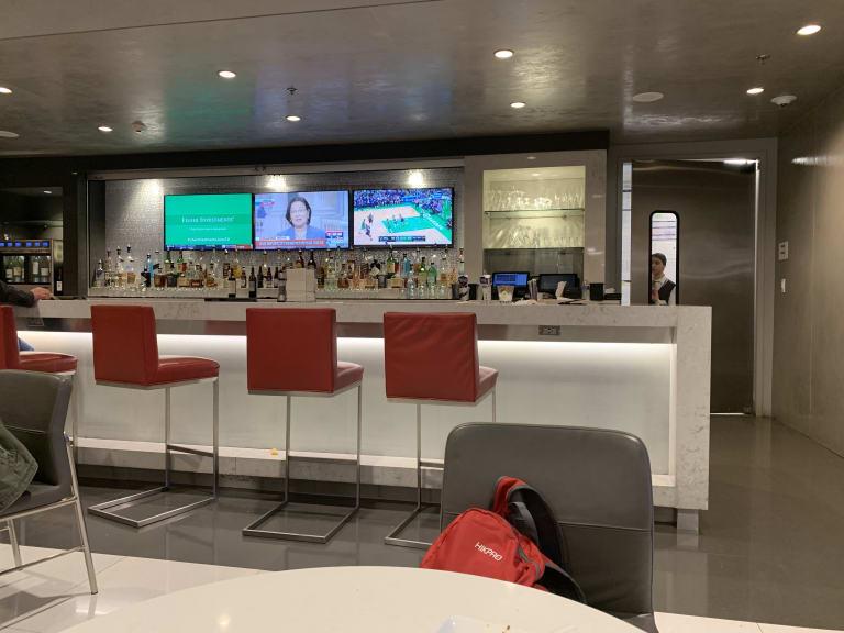 mia: american airlines admirals club (gate d15) reviews