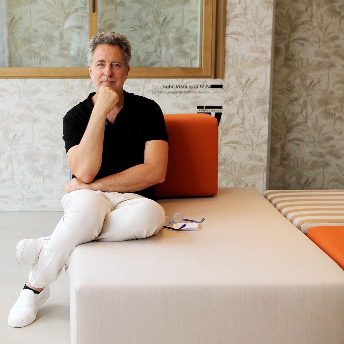 Paolo Giachi sul divano modulare Rodolfo